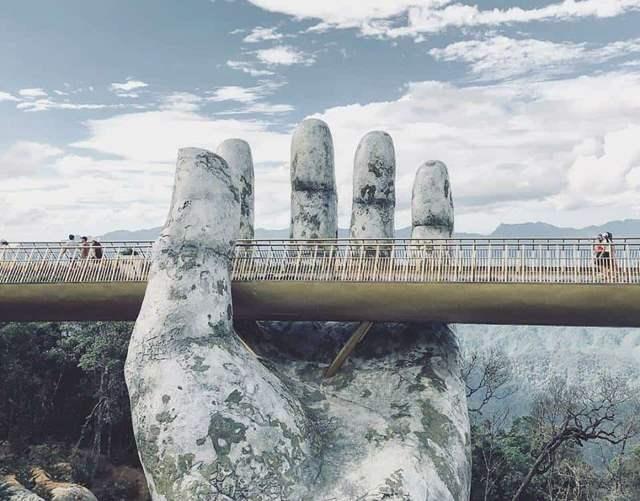Bàn tay nâng đỡ Cầu Vàng – Golden Bridge