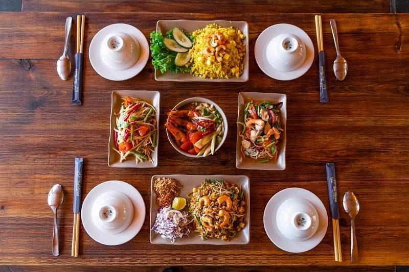 Bạn có thể ăn ở các nhà hàng trong khu du lịch.